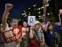 Manifestantes sostienen pancartas durante una protesta contra la decisión del Ejecutivo de reinterpretar la Constitución pacifista para potenciar el rol del ejército, ante el Parlamento en Tokio, Japón, hoy, 6 de agosto de 2015. EFE/FRANCK ROBICHON