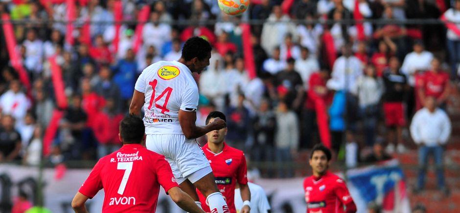 ECUADOR, Quito. El equipo Ecuatoriano Liga de Quito, se enfrenta a el Equipo de Paraguay Nacional por la Copa Sudamericana, en Quito 26 de Agosto, 2015. En la fotoJosé Alfredo Quinteros (Liga Q) y Rodrigo Teixeira (Nacional P)FOTOS API / JUAN CEVALLOS.