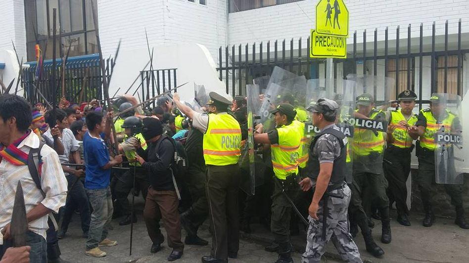 Enfrentamientos en #Macas entre Policía y protestantes Shuar-Achuar. Escalada de violencia. FOTOS PALABRA ACHUAR . Tuiteada por @DaniloTayopanta