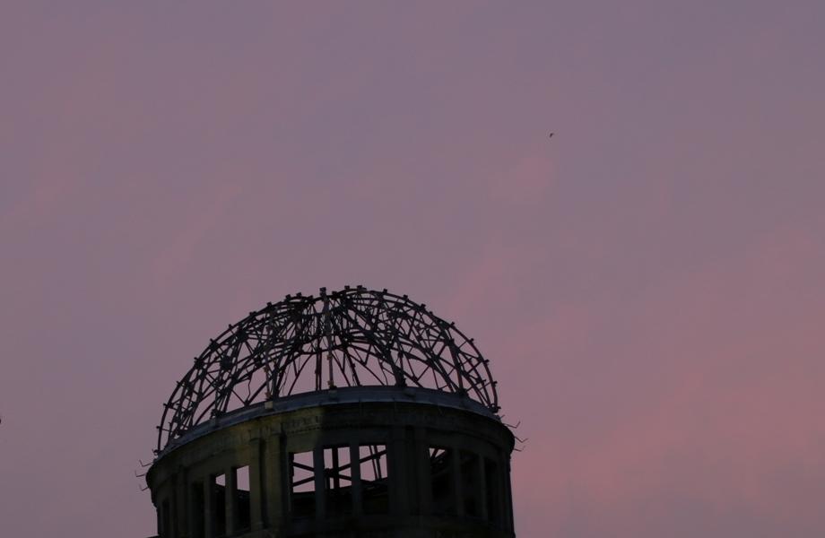 En esta imagen, tomada el 3 de julio de 2015, lo que ahora se conoce como la Cúpula de la Bomba Atómica vista durante el atardecer en Hiroshima, en el oeste de Japón. Dentro de las labores para reconstruir la ciudad tras la guerra, las autoridades de Hiroshima dcidieron conservar la cúpula como estaba en 1961, dejándolo como un icono de la devastación en una ciudad donde las cicatrices de la bomba pronto se hicieron invisibles. El edificio fue registrado como Patrimonio Mundial de la Humanidad por la UNESCO en 1996 en un llamado a un mundo sin armas nucleares y a la paz mundial. (Foto AP/Eugene Hoshiko)