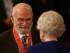 En esta foto del 25 de noviembre del 2008 se ve al Dr Oliver Sacks recibiendo una condecoración por parte de la reina Isabel II en el Palacio de Buckingham en Londres. El neurólogo y autor falleció a los 82 años el 30 de agosto del 2015. (Lewis Whyld/PA via AP)