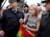 Agentes detienen a una activista que defiende los derechos de las personas homosexuales durante una protesta individual en la plaza Dvortsovaya en San Petersburgo, Rusia, el domingo 2 de agosto de 2015. La detenida porta una bandera arco iris. Varios manifestantes fueron detenidos en el lugar durante la protesta efectuada en el Día de las Fuerzas Aerotransportadas de Rusia. (AP Foto/Dmitry Lovetsky)
