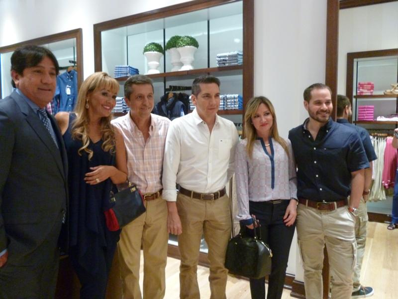 Roberto y Karina de Ramos con amigos de la marca