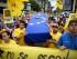 Un grupo de manifestantes carga un ataúd cubierto con una bandera de Venezuela en honor a las víctimas de hechos violentos, mientras marchan en Caracas, Venezuela, el sábado 8 de agosto de 2015. Manifestantes antigubernamentales denuncian escasez de alimentos y un aumento de la violencia. (AP Photo/Ariana Cubillos)