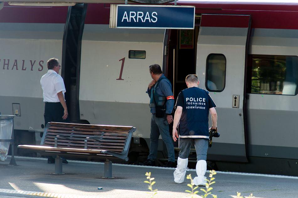 La policía arriba a un tren de Thalys en Arras, Francia, donde ha ocurrido un atentado terrorista. EFE/EPA/PASCAL BONNIERE