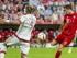 Robert Lewandowski (d) del Bayern anota 3-0 ante Milán hoy, martes 4 de agosto de 2015, durante un partido de semifinal del Audi Cup, en Múnich (Alemania). EFE/ MARC MUELLER