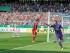 Niklas Hecht-Zirpel (derecha) festeja el gol del empate del Noettingen en su duelo de la Copa alemana contra el Bayern Munich el domingo 9 de agosto de 2015. (Foto AP/Daniel Maurer).