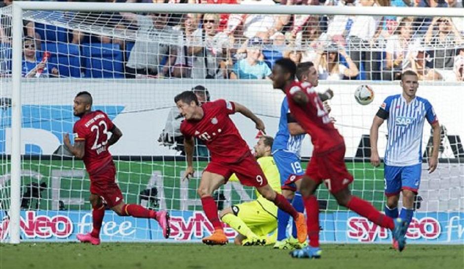 El jugador de Bayern Munich, Robert Lewandowski, centro, festeja tras anotar un gol contra Hoffenheim en la Bundesliga el sábado, 22 de agosto de 2015, en Sinsheim, Alemania. (AP Photo/Daniel Maurer).