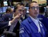 El operador Gregory Rowe (izquierda) habla con el especialista Neil Gallagher en el piso de la Bolsa de Valores de Nueva York. (Foto AP/Richard Drew)