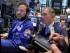 El especialista Mike Pistillo, a la izquierda, y el operador Timothy Nick, trabajan en el piso de la Bolsa de Valores de Nueva York. (Foto AP/Richard Drew)
