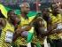 El cuarteto jamaiquino de relevo 4x100m,desde la izquierda, Nesta Carter, Asafa Powell, Nickel Ashmeade y Usain Bolt, posa para una foto tras ganar el oro en el campeonato Mundial de Atletismo en beijing el sábado, 29 de agosto del 2015.  (Foto AP/Kin Cheung)