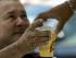 En esta foto de archivo del 7 de octubre de 2007, un hombre compra un vaso de cerveza en Caracas, Venezuela. Las autoridades venezolanas acordaron la toma de un centro de distribución de alimentos y bebidas de la corporación Empresas Polar, la mayor productora de alimentos procesados del país, anunció el grupo el jueves 30 de julio de 2015. (AP Photo/Fernando Llano, archivo)