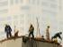 En esta fotografía de archivo del 16 de junio de 2015, obreros trabajan en un día con aire contaminado en Beijing. Un nuevo estudio muestra que la contaminación atmosférica está provocando la muerte de unas 4.000 personas al día en China, lo cual representa uno de cada 6 fallecimientos prematuros en el país más poblado del mundo. (Foto AP/Mark Schiefelbein, archivo)