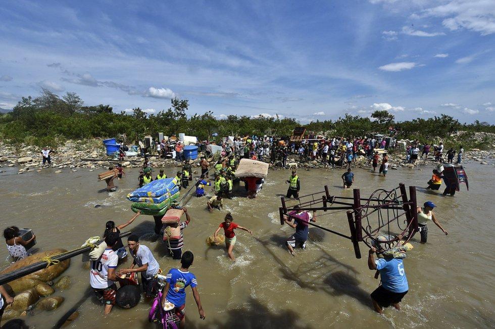 Colombianos abandonan Venezuela por el río Táchira, el 25 de agosto de 2015. Foto de AFP-
