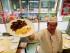 El chef Xavier Lebeau muestra un plato elaborado a base de pescado y vegetales en la escuela Saint Pierre de Chaillot, en París, Francia. (Foto AP/Francois Mori, File)