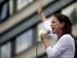 En esta fotografía de archivo del 30 de mayo de 2015, la líder opositora María Corina Machado sostiene una flor blanca mientras habla durante una protesta antigubernamental en Caracas, Venezuela. Machado, una de las opositoras más destacadas del país, dice que le han prohibido aspirar a cargos públicos a medida que se acercan unas elecciones cruciales. La exlegisladora colocó un tuit el martes 14 de julio de 2015 en el que afirmó que la Contraloría le había prohibido ejercer un cargo público durante un año. (Foto AP/Fernando Llano, archivo)