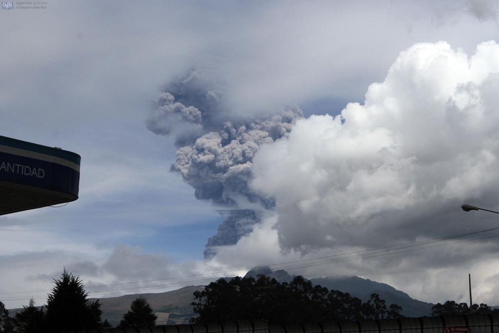 ECUADOR, Quito: 2015/08/13 - Nueva emisión de ceniza  del volcan Cotopaxi. FOTOS API / JUAN CEVALLOS.
