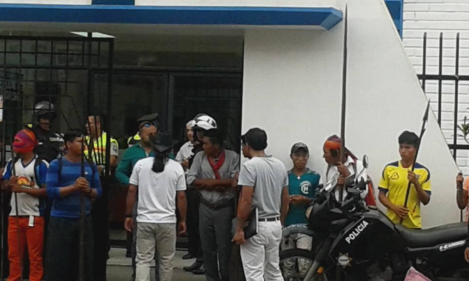 Manifestantes con lanzas se toman la Dirección Distrital de Educación. Foto colgada en la página de Facebook de Solania Unapi.