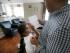 En esta foto del 21 de agosto de 2015, Sita Jaganath, de 7 años, muestra a su padre Siddharth Jaganath un problema de matemática que resolvió en su casa en Plano, Texas. Los inmigrantes de China y la India, muchos de ellos con visa de estudiante o de trabajo, han alcanzado a los mexicanos como los grupos más grandes que entran a Estados Unidos, de acuerdo con datos de la Oficina del Censo dados a conocer en mayo. El cambio comenzó hace más de un decenio y, según los expertos, trae a inmigrantes más calificados al país. (AP Foto/LM Otero)
