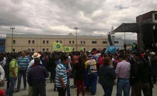 El parque El Salto, en el centro de Latacunga, al mediodía del 10 de agosto de 2015. Foto tuiteada por Radio Latacunga.