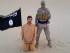 """Esta imagen tomada de un video subido a una red social el miércoles 5 de agosto de 2015, verificada y consecuente con información recogida por la Associated Press, dice mostrar a un miliciano de pie junto a un hombre arrodillado que se identifica como Tomislav Salopek, croata de 30 años, en un lugar no revelado. Un video presuntamente difundido por el grupo Estado Islámico el miércoles amenaza con matar a un rehén croata si las autoridades egipcias no liberan en 48 horas a """"mujeres musulmanas"""" encarceladas. (Militant website via AP)"""