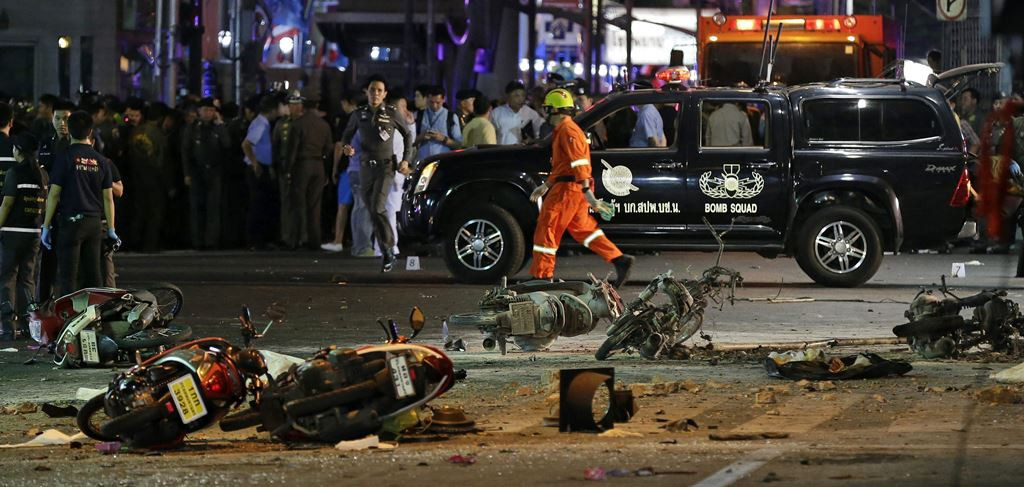 Agentes de la policía tailandesa permanecen en el lugar donde ha explosionado una bomba frente a un templo budista en Bangkok, Tailandia, el lunes 17 de agosto de 2015. EFE/RITCHIE B. TONGO