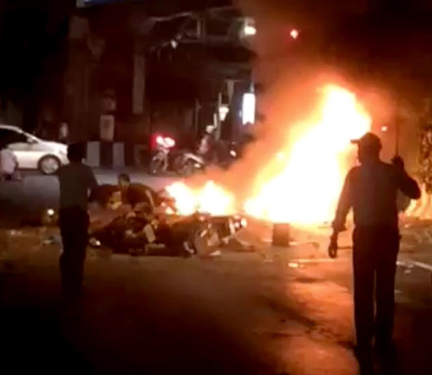 En esta imagen suministrada por Mongkol Nunthalikitkun se ve el escenario de una explosión en Bangkok el 17 de agosto del 2015 que dejó más de una docena de muertos y muchos heridos. (Mongkol Nunthalikitkun via AP)