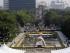 Palomas sobrevuelan un monumento de recuerdo a las víctimas de la bomba atómica en Peace Memorial Park de Hiroshima durante una ceremonia por el 70 aniversario del estallido de la bomba en la ciudad japonesa, el 6 de agosto de 2015. (Foto AP/Eugene Hoshiko)