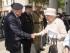 La reina Isabel II saluda a Robert Hucklesbury, veterano de la Segunda Guerra Mundial, en la iglesia St Martin-in-the-Fields Church en Londres durante un oficio conmemorativo del 70 aniversario del fin de la guerra con Japón. (Arthur Edwards/Pool Foto via AP)