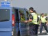 Policías austriacos inspeccionan un vehículo en la frontera austriaca-húngara en Nickelsdorf, Austria, el lunes 31 de agosto de 2015. Austria decidió comenzar a inspeccionar camiones en su frontera con Hungría después de que 71 migrantes murieran en un camión, lo que ocasionó un gran atasco en la principal autopista entre Budapest y Viena. (Foto AP/Hans Punz)