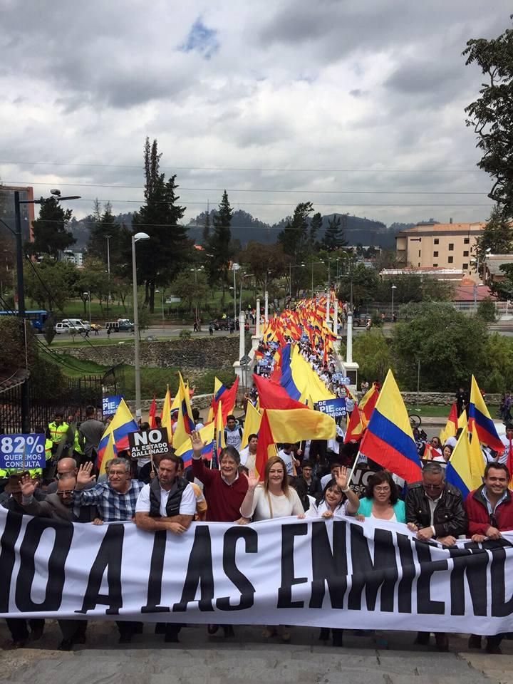 Guillermo Lasso preside marcha en Cuenca, el 17 de agosto de 2015. Foto Jonathan Bedón/LaRepública