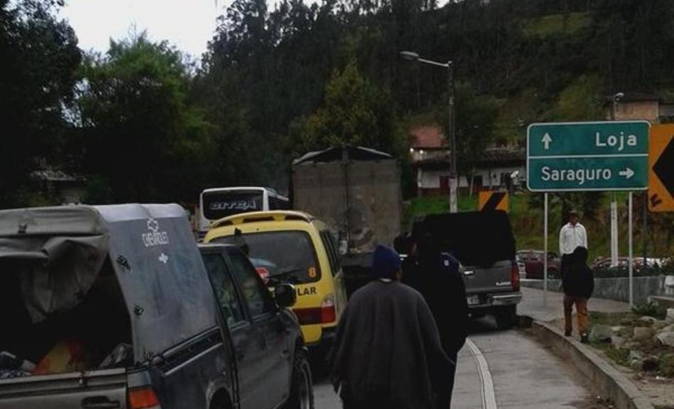 Fotografía de la carretera Loja-Saragurgo, como lucía a las 07h00 del 13 de agosto de 2015, tuiteada por @RobertoTenezaca.