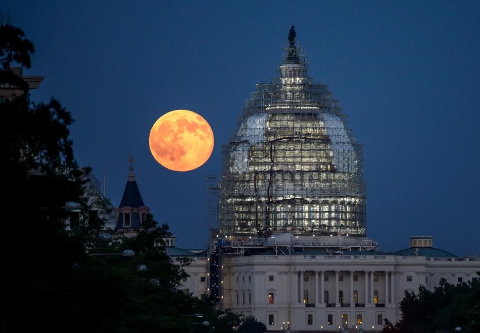 La luna azul, tal como se vio en Washngton, detrás del Capìtolio, el 31 de julio de 2015. Foto de la NASA.