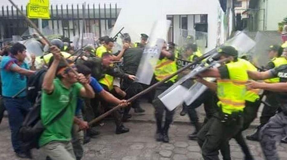 Enfrentamiento entre manifestantes y policías, en Macas, Morona, el 19 de agosto de 2015. Foto tuiteada por el Ministerio del Interior.
