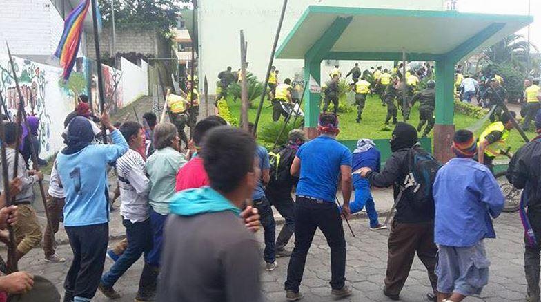 Macas, enfrentamiento entre manifestantes y policías, el 19 de agosto de 2015. Foto tuiteada por @MarchaEC