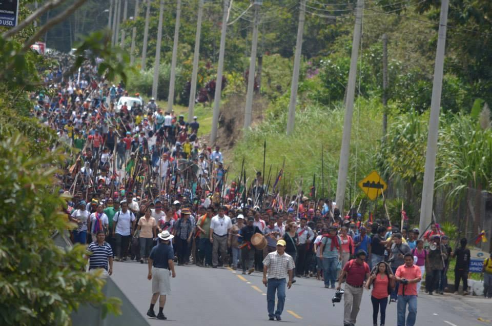 Marcha indígena se toma el Puente Payamino, en Orellana, el 18 de agosto de 2015. Foto colgada en la página de Facebook de la CONAIE.