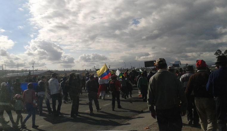 Marcha indígena, camino a Machachi, el 10 de agosto de 2015. Foto tuiteada por la periodista Marieta Campña, de Expreso.