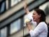 En esta fotografía de archivo del 30 de mayo de 2015, la líder opositora María Corina Machado sostiene una flor blanca mientras habla durante una protesta antigubernamental en Caracas, Venezuela.  (Foto AP/Fernando Llano, archivo)