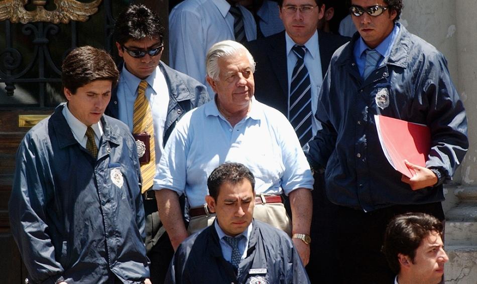 En esta fotografía de archivo del 28 de enero de 2005, el general retirado Manuel Contreras, al centro, es escoltado por policías en Santiago, Chile. De acuerdo con fuentes gubernamentales, Contreras, exdirector de la agencia de espionaje chilena responsable del secuestro y tortura de miles de personas durante la dictadura de Augusto Pinochet, falleció el viernes 7 de agosto de 2015 en el hospital militar de Santiago. Tenía 86 años. (Foto AP, archivo)