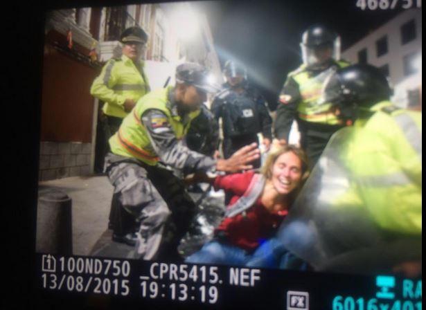 Manuela Picq, compañera de Carlos Pérez Guartambel, en el momento de su detención, la noche del 13 de agosto de 2015.