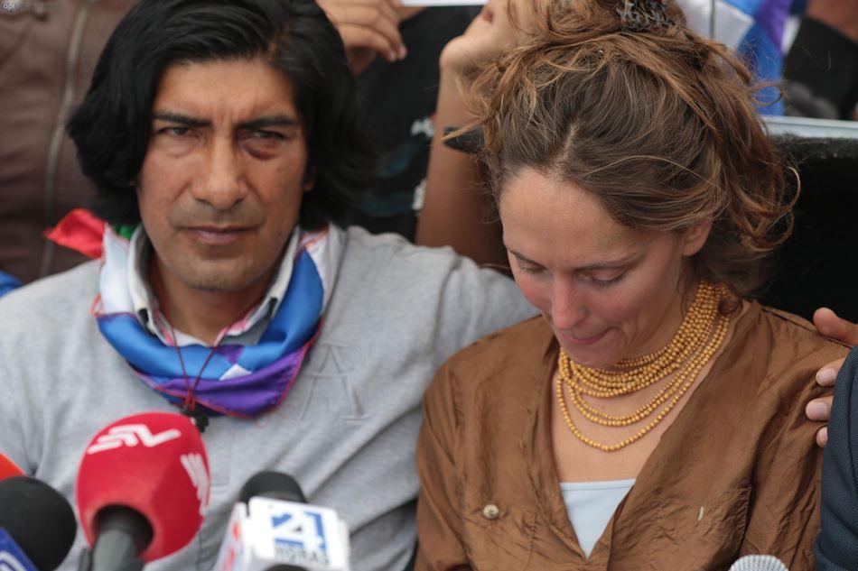 El presidente de la Ecuarunari, Carlos Pérez Guartambel y su mujer, la periodista brasileña Manuela Picq. API