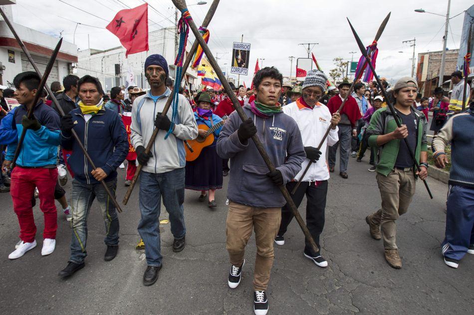 Indígenas que marchan en protesta contra el Gobierno ecuatoriano llegan hoy, sábado 8 de agosto de 2015, a Ambato (Ecuador). EFE/José Jácome