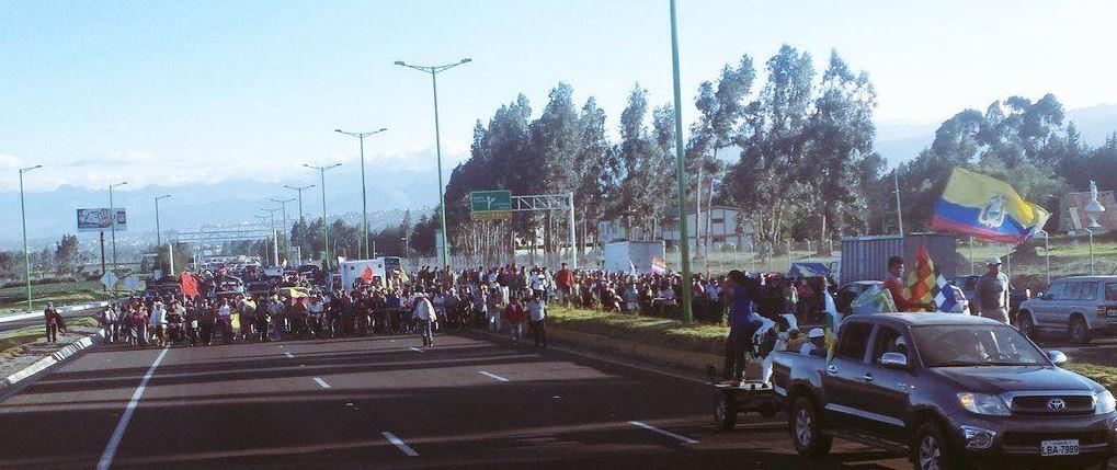 Marcha Indígena avanza por la Panamericana y pasa el Frente Patria. Foto tuiteada por la CONAIE, el 10 de agosto de 2015.