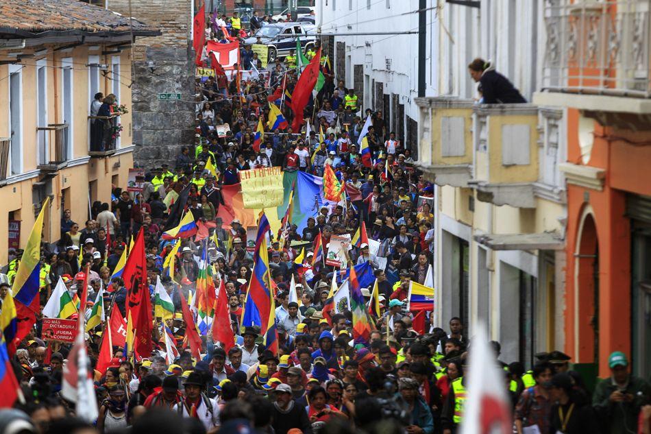 Indígenas marchan hoy, miércoles 12 de agosto de 2015, por las calles de Quito (Ecuador), para pedir rectificaciones a ciertas políticas del gobierno de Rafael Correa en Quito (Ecuador). La marcha indígena entró hoy a Quito, el destino final en la caminata que comenzó hace diez días y que se sumará mañana a un paro convocado por organizaciones gremiales. EFE/José Jácome