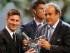 El jugador del Barcelona, Lionel Messi, izquierda, recibe el trofeo al mejor jugador de Europa de manos del presidente de la UEFA, Michel Platini, el jueves, 27 de agosto de 2015, en Mónaco. (AP Photo/Claude Paris)