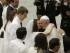 El papa Francisco saluda a parejas de recién casados en el aula Paulo VI en el Vaticano, el miércoles 5 de agosto de 2015. (AP Foto/Gregorio Borgia)