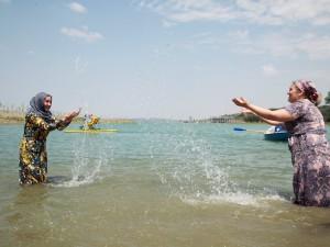 Mujeres chechenas disfrutan del agua en las afueras de la capital chechena de Grozny, Rusia. La playa está vedada a los hombres, acorde con las normas islámicas, a partir de su inauguración el martes 4 de agosto de 2015. (AP Foto/ Musa Sadulayev)