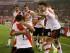 El jugador de River Plate, Lucas Alario, centro de espaldas, festeja con sus compañeros tras anotar un gol contra Tigres en la final de la Copa Libertadores el miércoles, 5 de agosto de 2015, en Buenos Aires. (AP Photo/Ivan Fernandez)