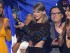"""Taylor Swift acepta el Premio MTV al video del año por """"Bad Blood"""" el domingo 30 de agosto del 2015 en Los Angeles. La acompañan, de izquierda a derecha, Gigi Hadid, Serayah, el director Joseph Kahn y Lily Aldridge. (Foto por Matt Sayles/Invision/AP)"""