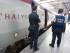 En esta imagen de archivo, tomada el 22 de agosto de 2015, miembros de las policías belga y francesa junto a un tren Thalys en la estación Midi-Zuid de Bruselas. un día después de un ataque islamista frustrado por pasajeros en un convoy similar. (Foto AP/Francois Walschaerts, archivo)
